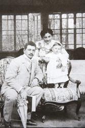 Владимир Петрович с женой и сыном на даче в подмосковной Шелковке